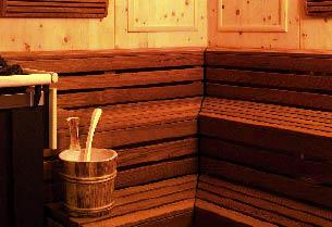 Ausschnitt einer Sauna inklusive Saunaeimer