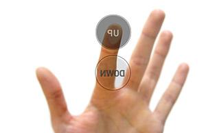 ein Finger berührt den Up Button, darunter befindet sich der Down Button