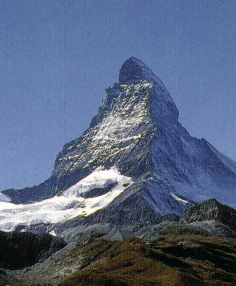 der Matterhorn leicht mit Schnee bedeckt an einem sonnigen wolkenlosen Tag