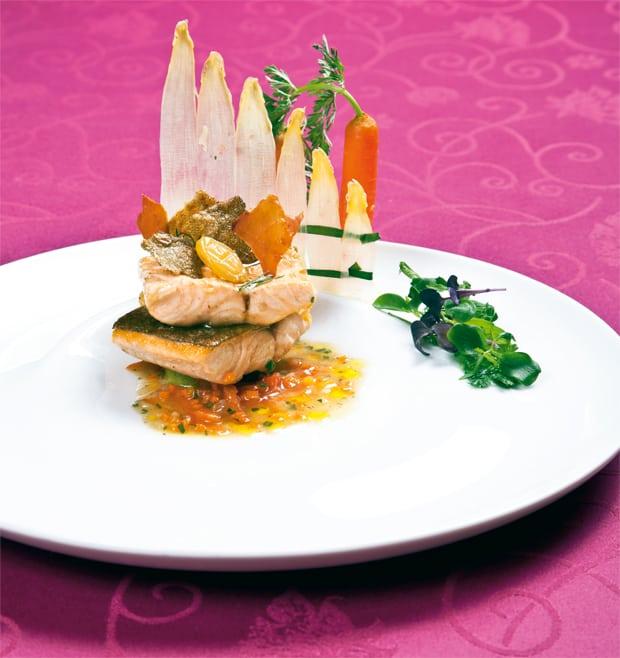 Bachsaibling im Speckfond mit Gemüse und Tapioka