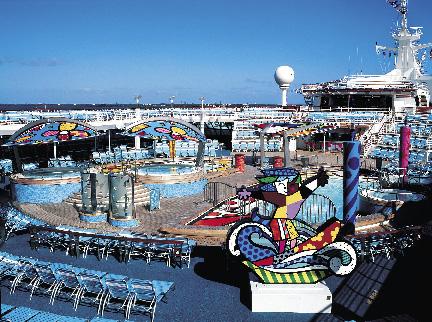ein riesiger, bunter Funpark an Deck eines Schiffs