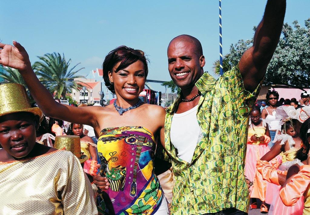 heterogenes Paar bunt gekleidet in Feierlaune auf Jamaika