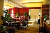 Die Innenansicht eines Restaurants, schlicht und minimalistisch gehalten