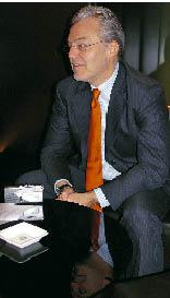 Wolfgang Rosam sitzt mit verschränkten Händen im Interview