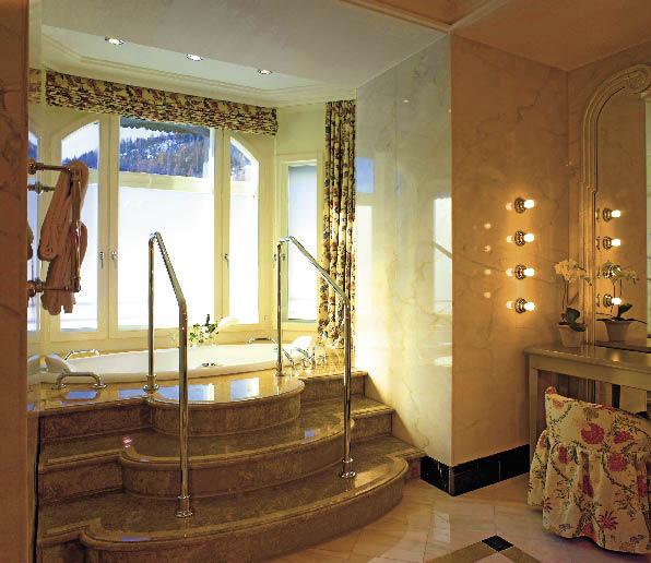 eine luxuriöse Badewanne aus kostbaren italienischen und französischem Design aus Mamor