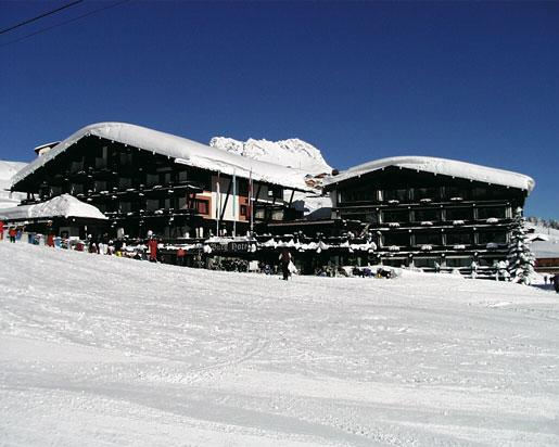 arlberg resort hotes im winter mit schneedecke