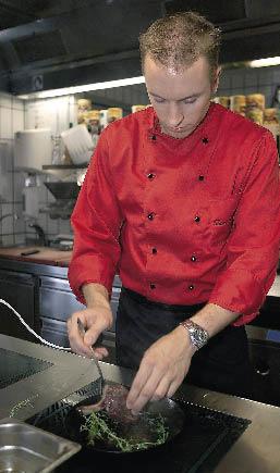 Thomas Dreher beim braten des Fleisches