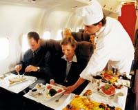 der Koch bedient seine Gäste in der Flug