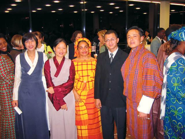 eine Gruppe von Menschen in traditionellen Gewändern