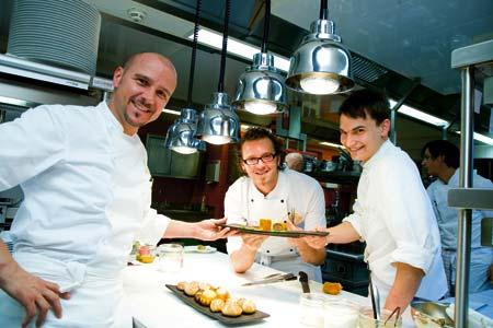 Thomas Walkensteiner und zwei weitere Herren in der Küche, zusammen wird ein Tablett mit Mehlspeisen gehalten