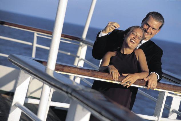 Liebespaar turtelt auf Deck eines Kreuzfahrtschiffes