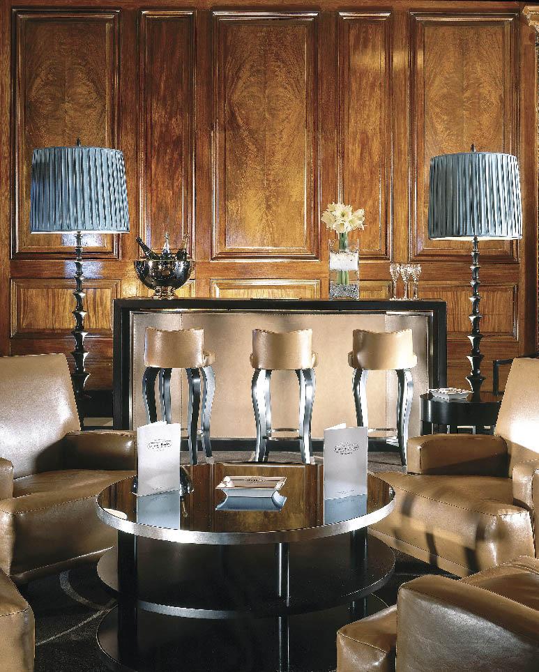 Die Lobby klassisch in beigen gehalten, mit einer kleinen Bar und dazu passenden Barhockern