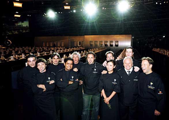 """das Hangar- 7 Team gänzlich in schwarz gekleidet posiert in der """"Ikarus Nacht"""""""