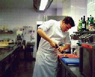 LEONARD CERNKO beim Würzen seines Gerichtes