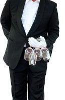 die Koerpermitte eines Kellners ist zu sehen, er haelt mehrere weinglaeser in seiner hand