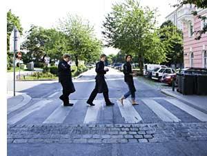 Drei Köche überqueren den Zebrastreifen