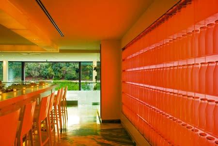 eine Bar eines Restaurants völlig in der farbe Orange gehalten