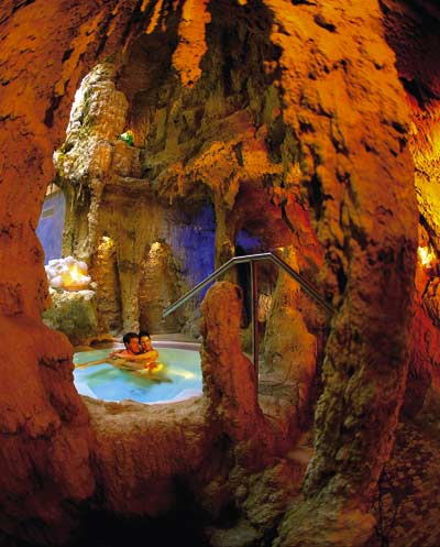 ein Liebespaar sitzt in einem Whirlpool in einer Grotte