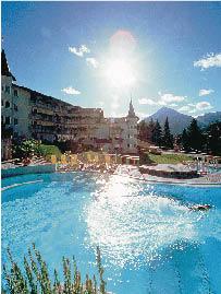 der Pool des Hotels in klarer sonniger Kulisse