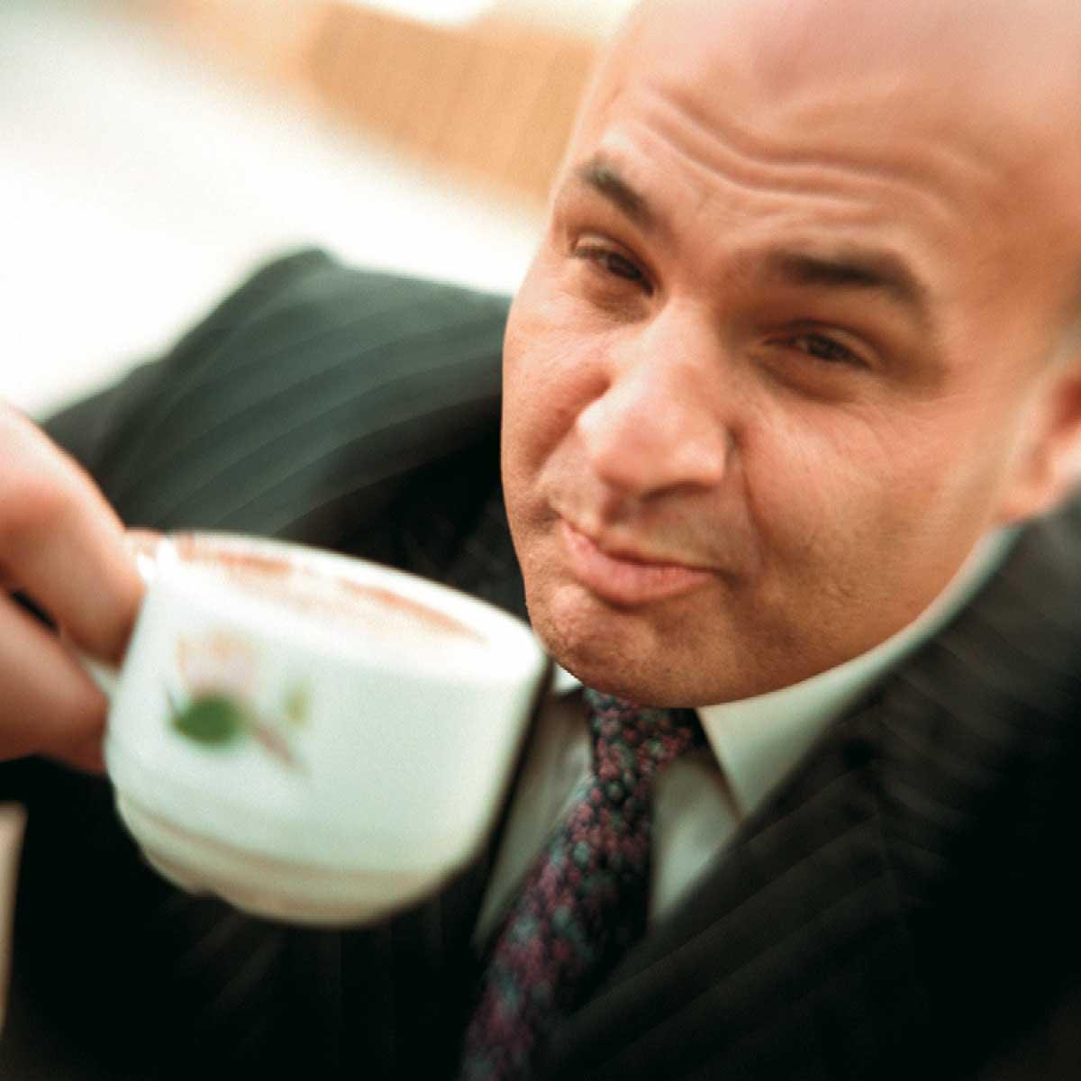 Ein Mann verkostet Kaffee im haeferl