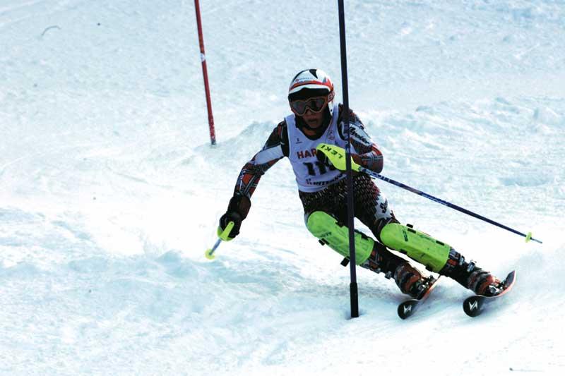 ein Skifahrer beim Slalom Rennen