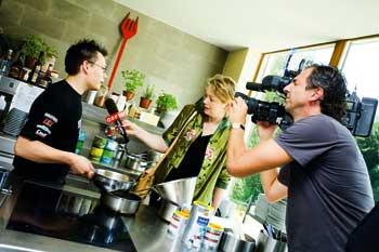 ein junger Koch wird von einer Reporterin interviewt