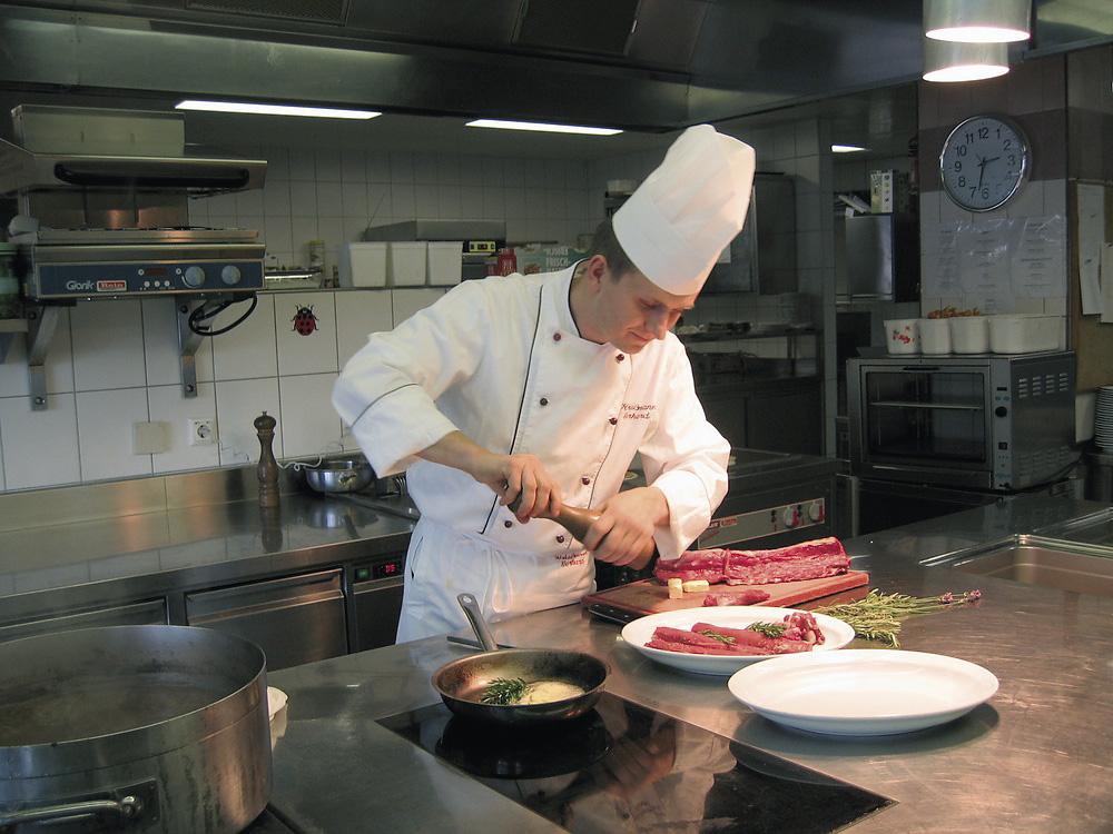 Gerhard Kriessmann beim Zubereiten des Rehrückenfilets