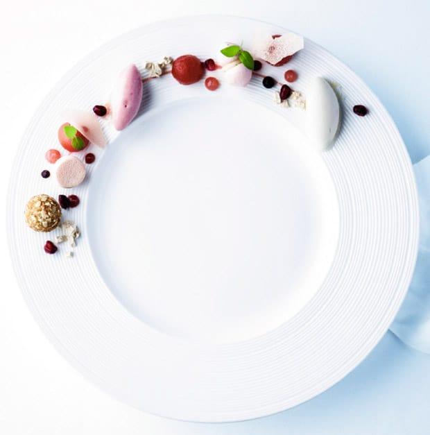 Confierter Pfirsich in Olivenöl-Thymian-Fond mit Riesling-Sorbet, Ricotta-Praliné und Pfirsich-Meringue