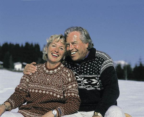 ein Liebespaar genießt die Sonnenstrahlen im Schnee