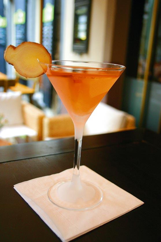 ein orangefarbener Cocktail