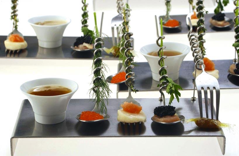 eine Speisenkreation die doch mehr an ein Physiklabor erinnert, Kaviarvariationen mit Kräutern sind zu erkennen