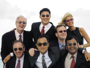 sieben Mitarbeiter des Ana Mandara Resort, darunter eine frau mit sonnenbrillen im gruppenfoto
