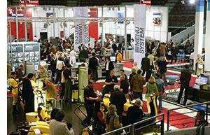 ein Blick in eine Messehalle mit vielen Besuchern