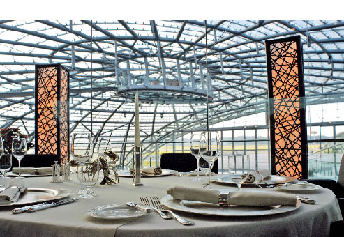 ein eingedeckter Tisch im Restaurant Ikarus im Hangar -7