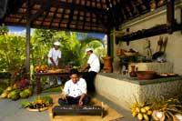3 Männer kochen in einer offenen Küche auf Bali