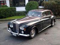 ein Rolls Royce in Schwarz steht in einer Auffahrt