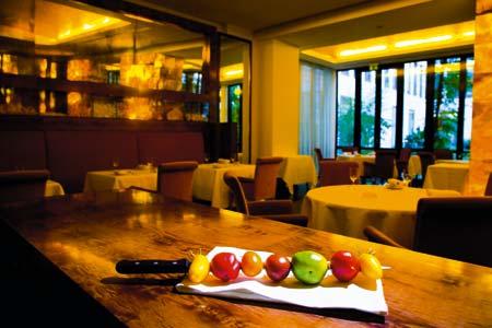 ein Spießmesser mit Gemüse liegt auf dem Tisch im Restaurant