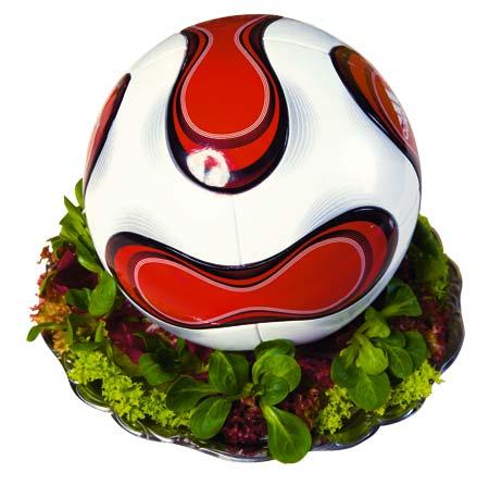 ein Fußball auf einer Salatgarnitur