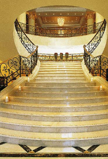 imposanter treppenaufgang eines hotels
