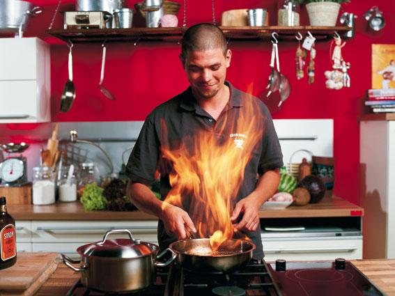 Fernsehkoch Tim Mälzer flambiert in der Küche