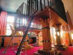 Mottohotelzimmer bestehend aus hängendem Hochbett aus Holz