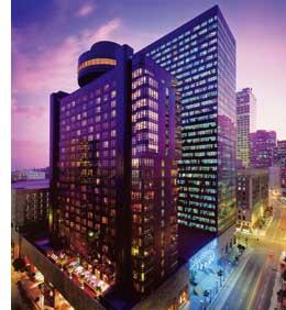 ein Wolkenkratzer Hotel im violetten licht der Daemmerung