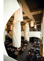 ein zweistoeckiges Restaurant mit grossen weissen deckenleuchten