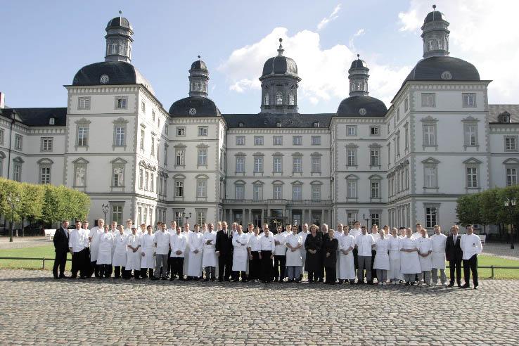 Das Hotel Versailles im Hintergrund und davor ein Team der Spitzenküche