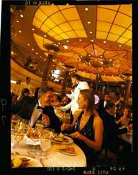Der Restaurant Bereich eines Passagierschiffes, eine Dame und ein Herr genießen ihr Abendmahl
