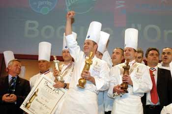 die Teilnehmer und gewinner des bocuse d''or auf der Bühne bei der Preisverleihung