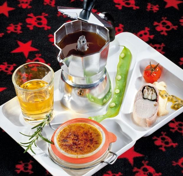 Hopfen-Verbena (Radler) mit gefilterter Kaninchenessenz mit Guaven-Rauchaal-Brulée und Aaligem Nori-Kaninchen auf Vanille-Sellerie