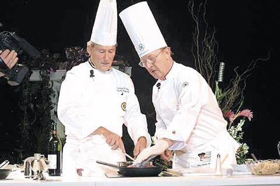 Reinhold und Ferdinand E. Metz beim gemeinsamen Kochen