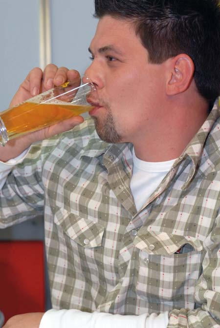 tim maelzer im profil trinkt einen schluck aus seinem bierglas