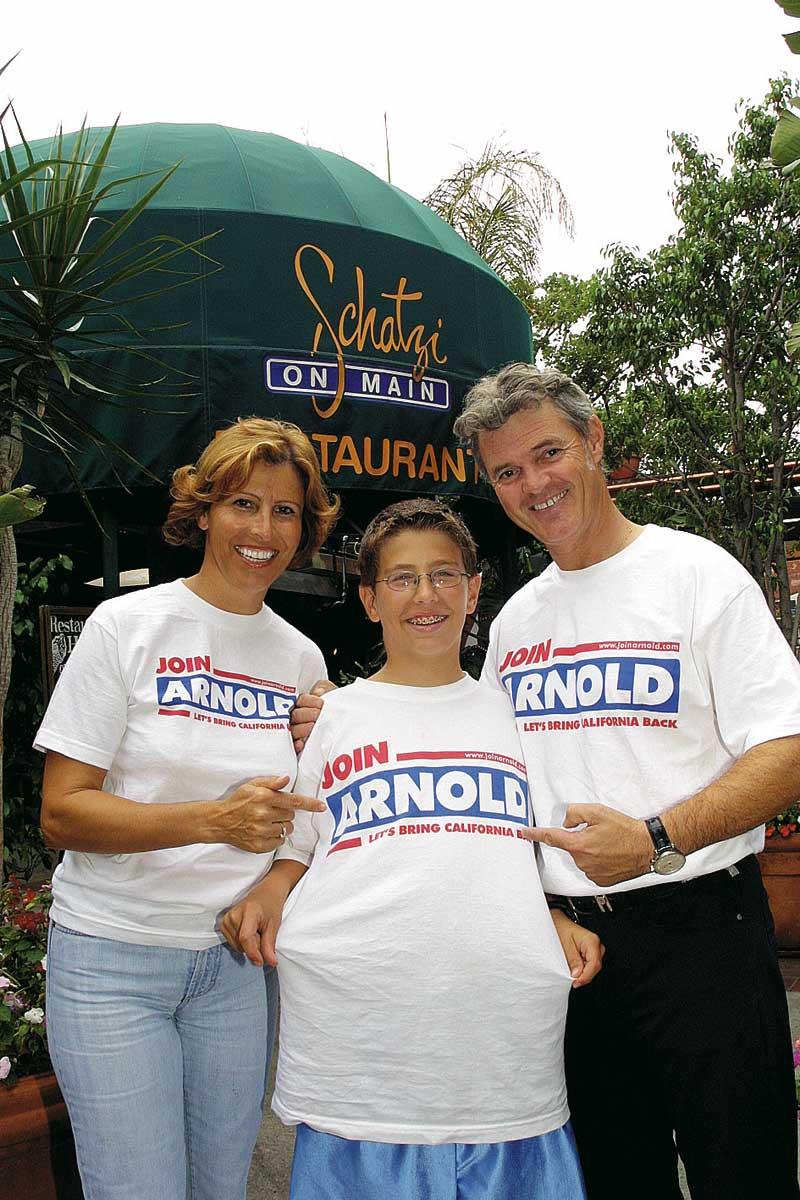 Charly temmel steht mit zwei personen vor seinem schatzi on main restaurant
